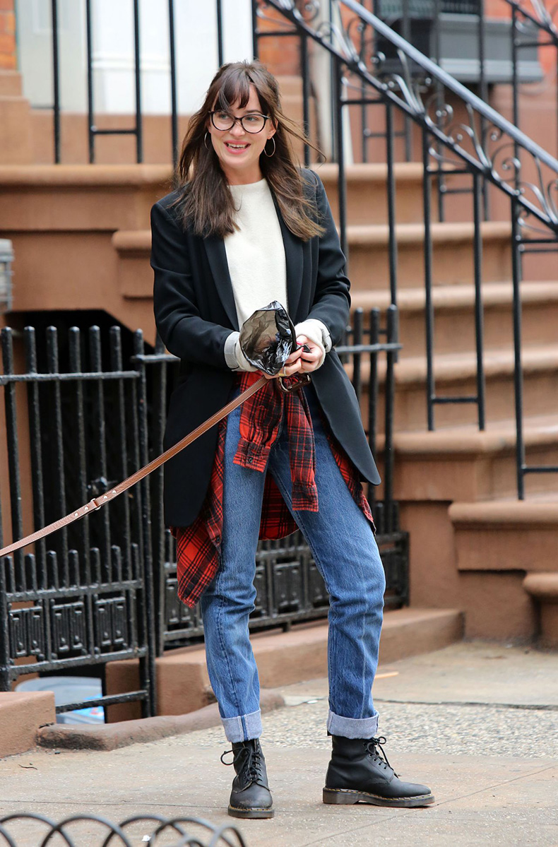 dakota-johnson-walking-her-dog-in-new-york-city-april-2015_1