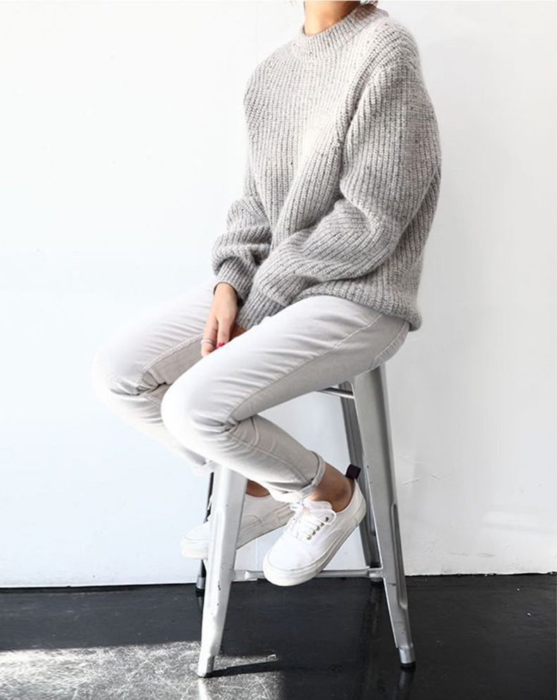 grey-monochromatic-groutfits-chunky-sweater-rolled-boyfriend-jeans-whtie-sneakers-via-modedeville.com_
