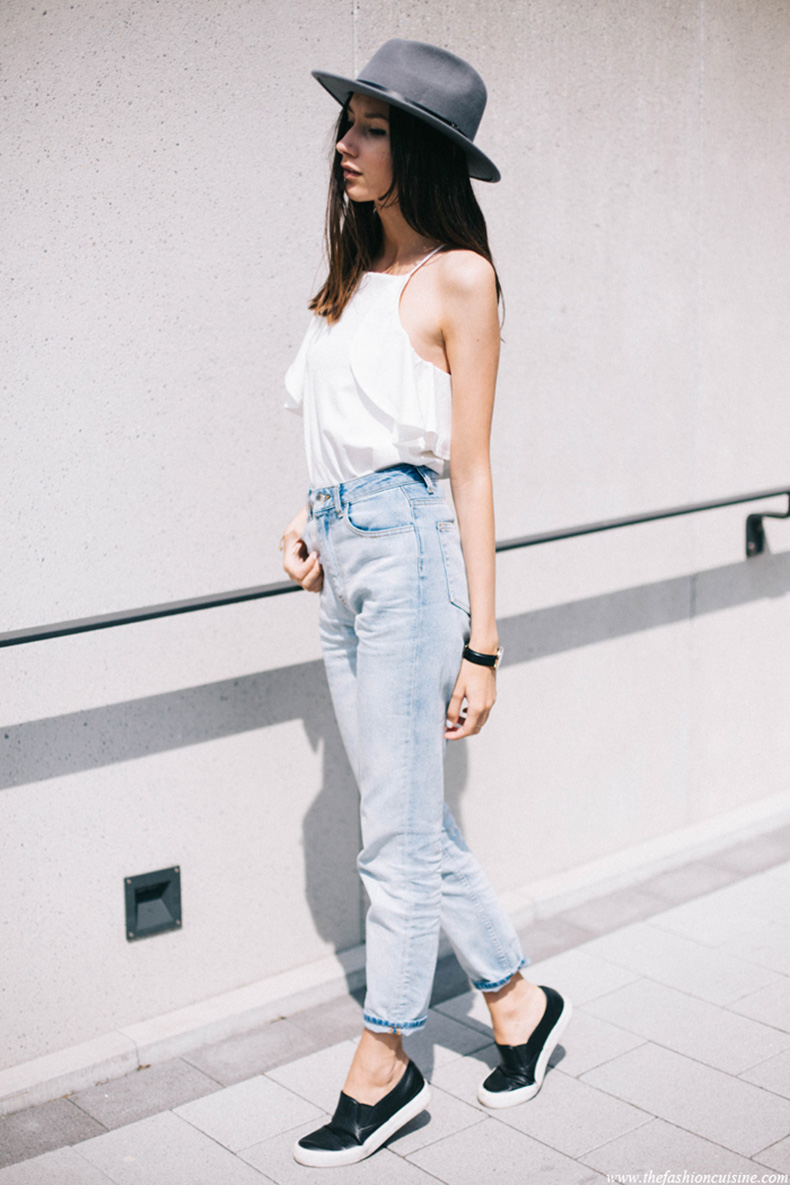 minimal-style-grey-fedora-hat-missguided-white-frilled-top-forever21-mom-jeans-effortless-thefashioncuisine-1