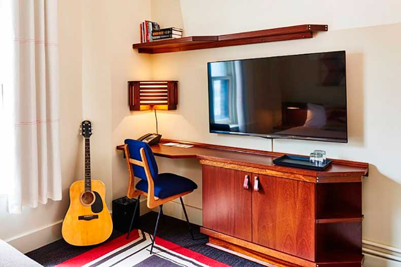10-small-space-decorating-tips-to-steal-from-hotels-1626061-1453082843.640x0c