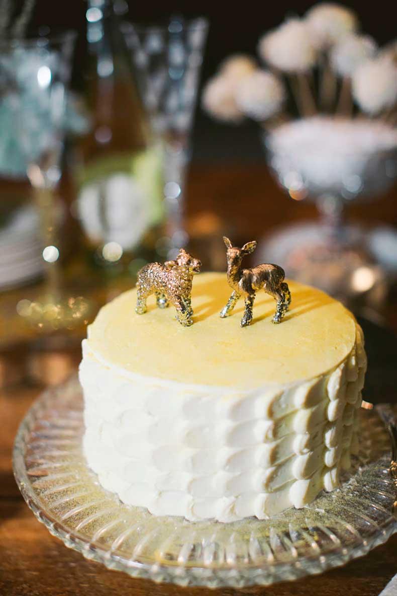 Simple-playful-twist-wedding-cake-isnt-afraid