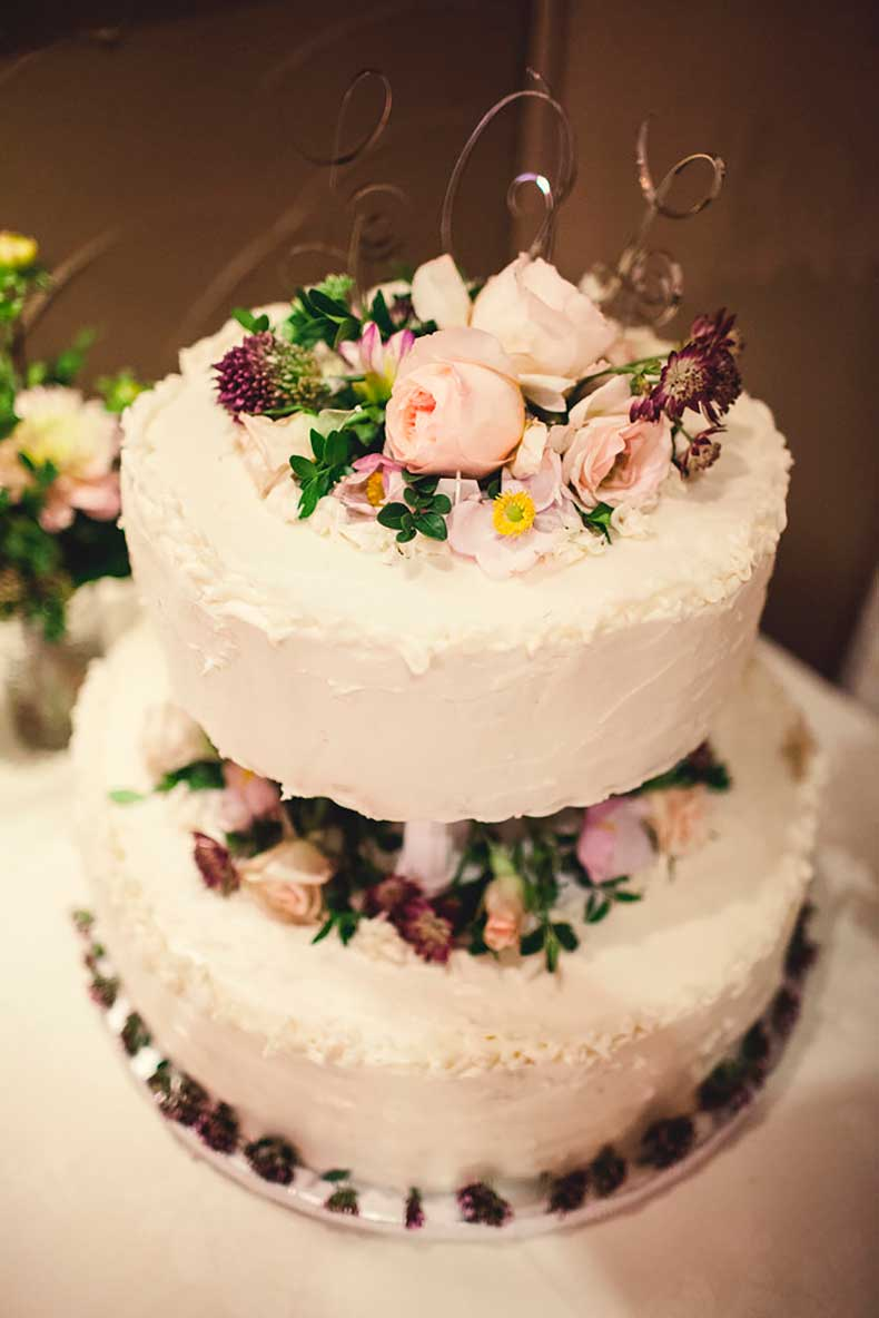Top-buttercream-covered-cake-pretty-flowers-voilà