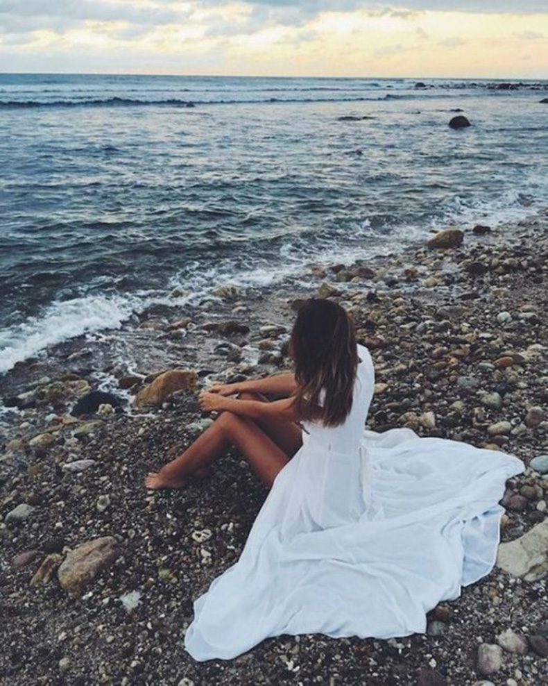 white-dress-barefoot-beach-photography-520x650