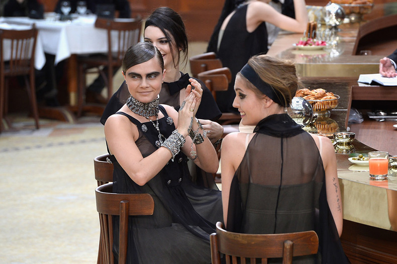 Cara-dined-fellow-models-part-Paris-Fashion-Week-Fall