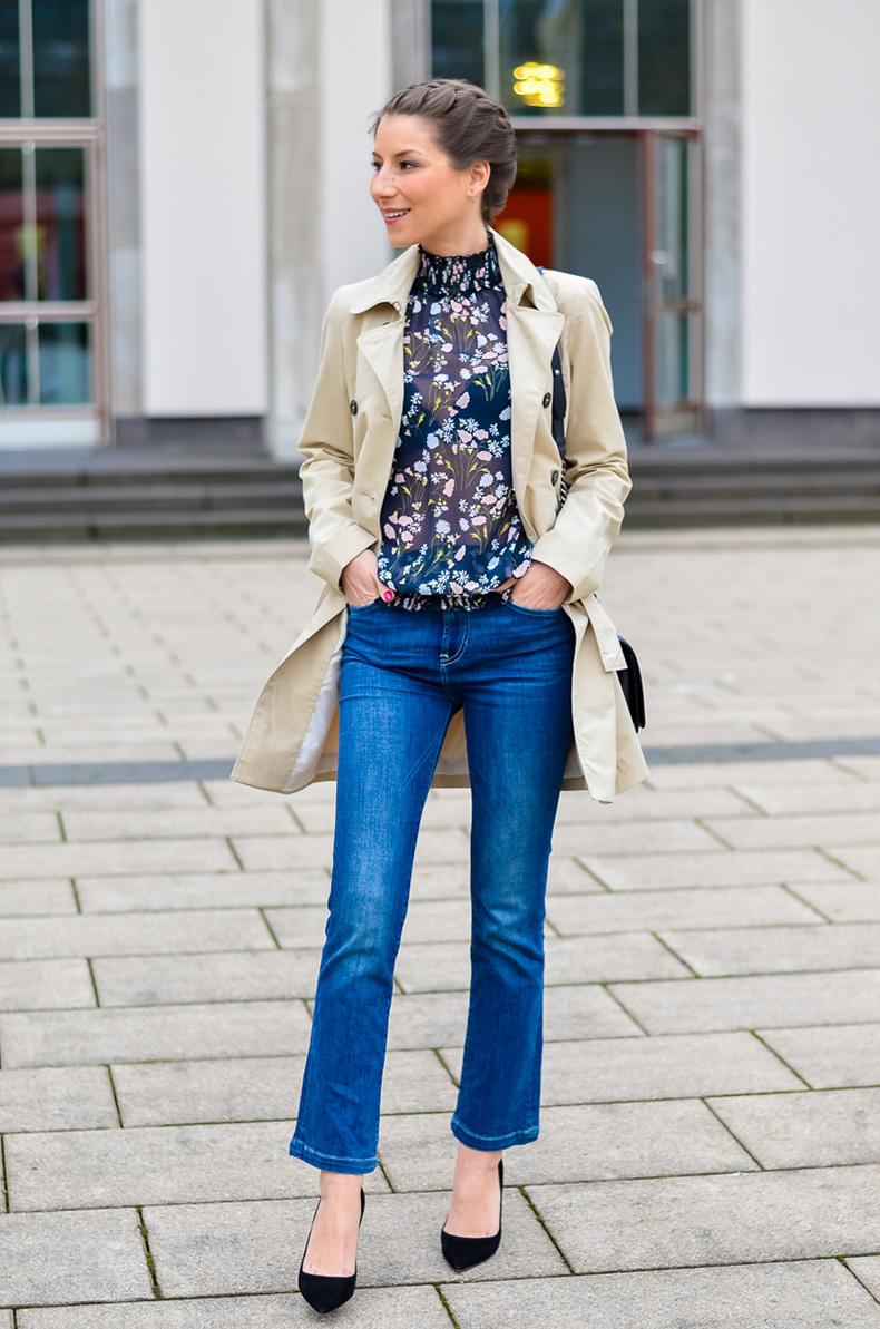 Outfit-viktorianische-bluse-cropped-flare-jeans-Pumps-Trenchcoat-1-von-12