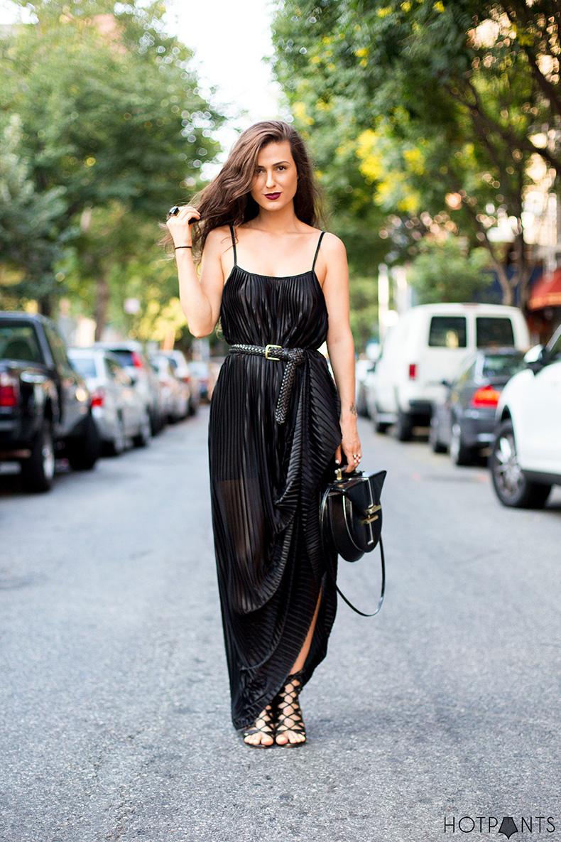 do-the-hotpants-dana-suchow-black-maxi-dress-blogger-streetstyle-long-hair-15