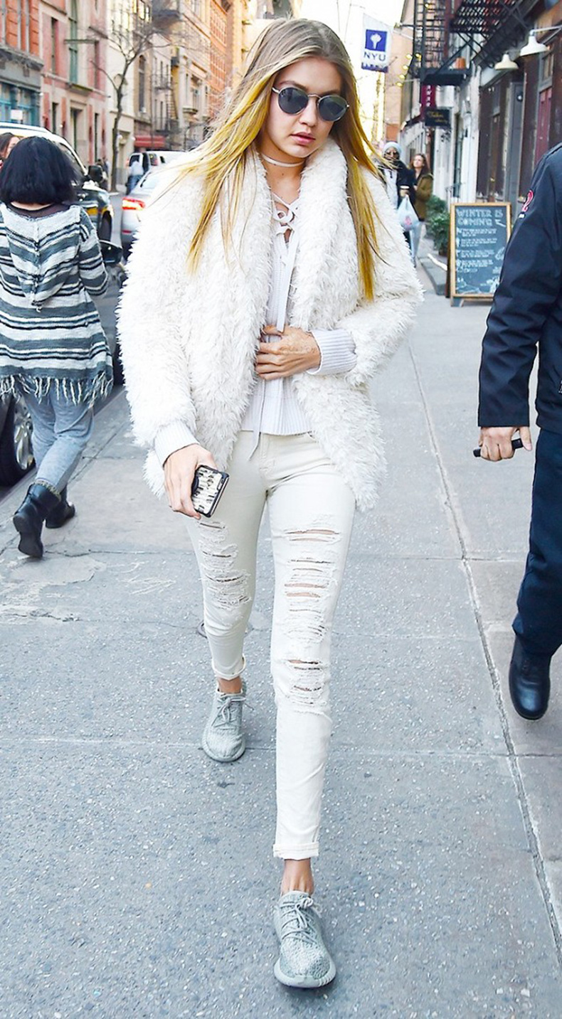 how-to-look-chic-on-the-weekends-according-to-gigi-hadid-1685167-1457131501.640x0c