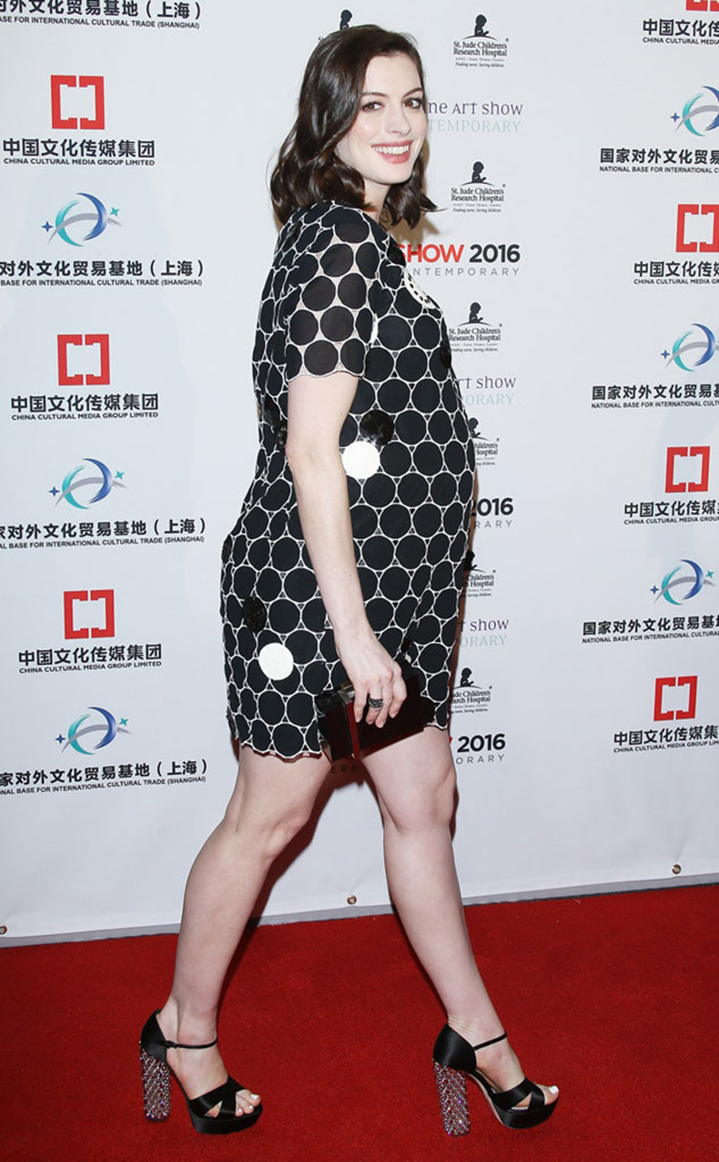 rs_634x1024-160128043014-634.Anne-Hathaway-Bump-LA-JR-012816