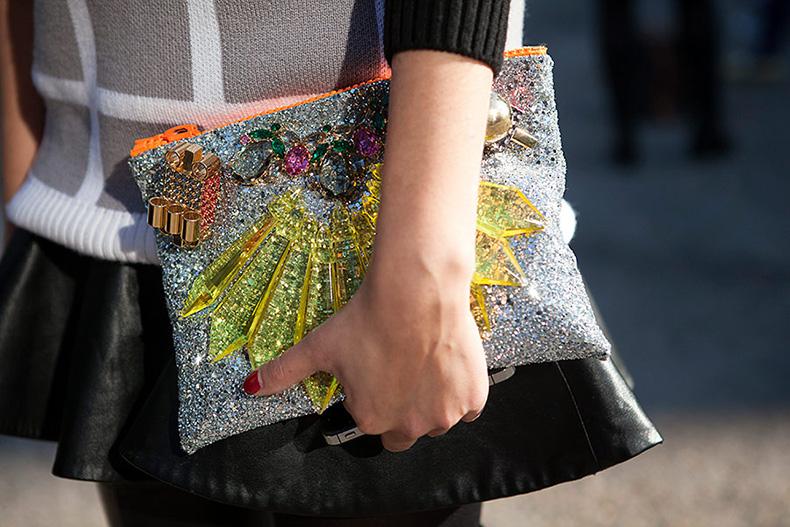 tendencias_street_style_moda_en_la_calle_clutches_accesorios_bolsos_925306973_900x600