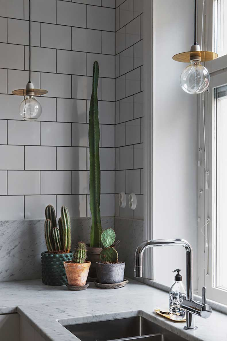 bohusgatan-cactus-kitcjen-brass-light-bulbs-marble-fantastic-frank-therese_winberg_photography_stylist_emma_wallmen