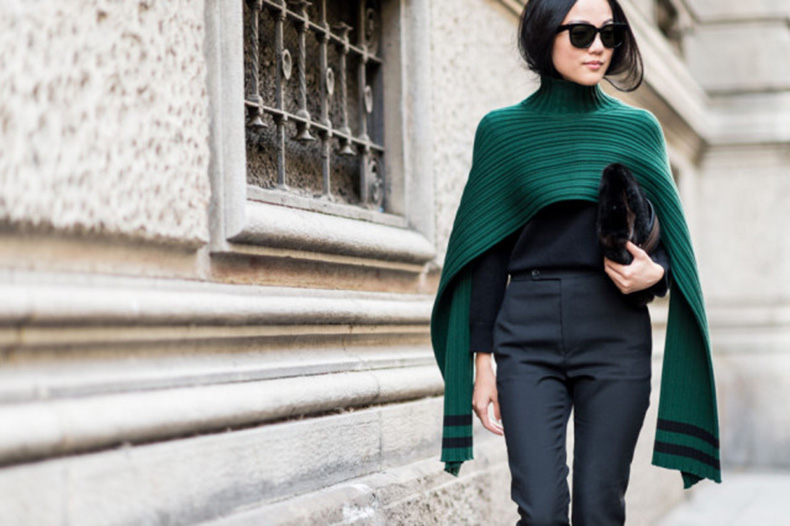 memerald-turtleneck-poncho-cape-fall-work-outfit-all-black-high-weaisted-black-pants-milan-fashion-week-elle-640x426