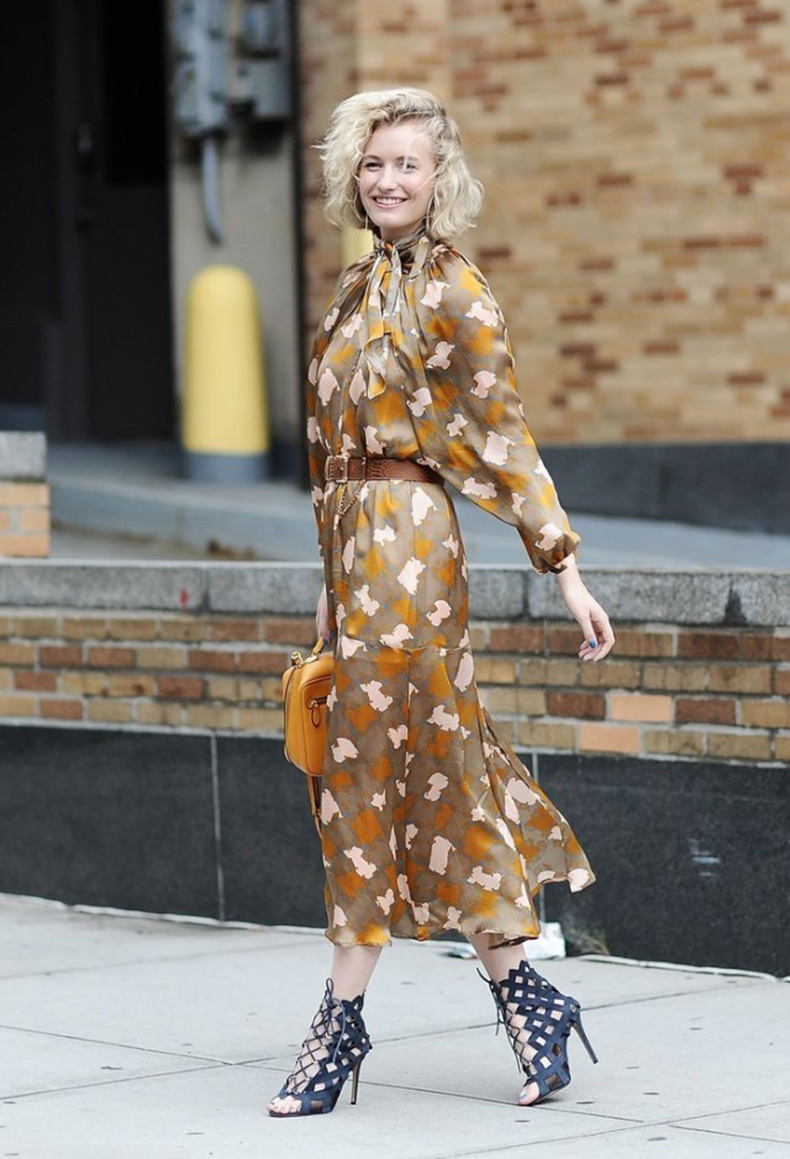 nyfw-printed-maxi-dress-cage-sandals-tie-neck-fall-fashion-fall-work-outfit-zanita-whittington-via-getty-640x939