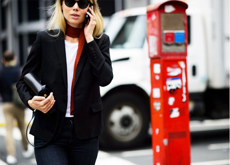 skinny-scarf-black-blazer-jeans-white-tee-casual-elin-king-le-21eme