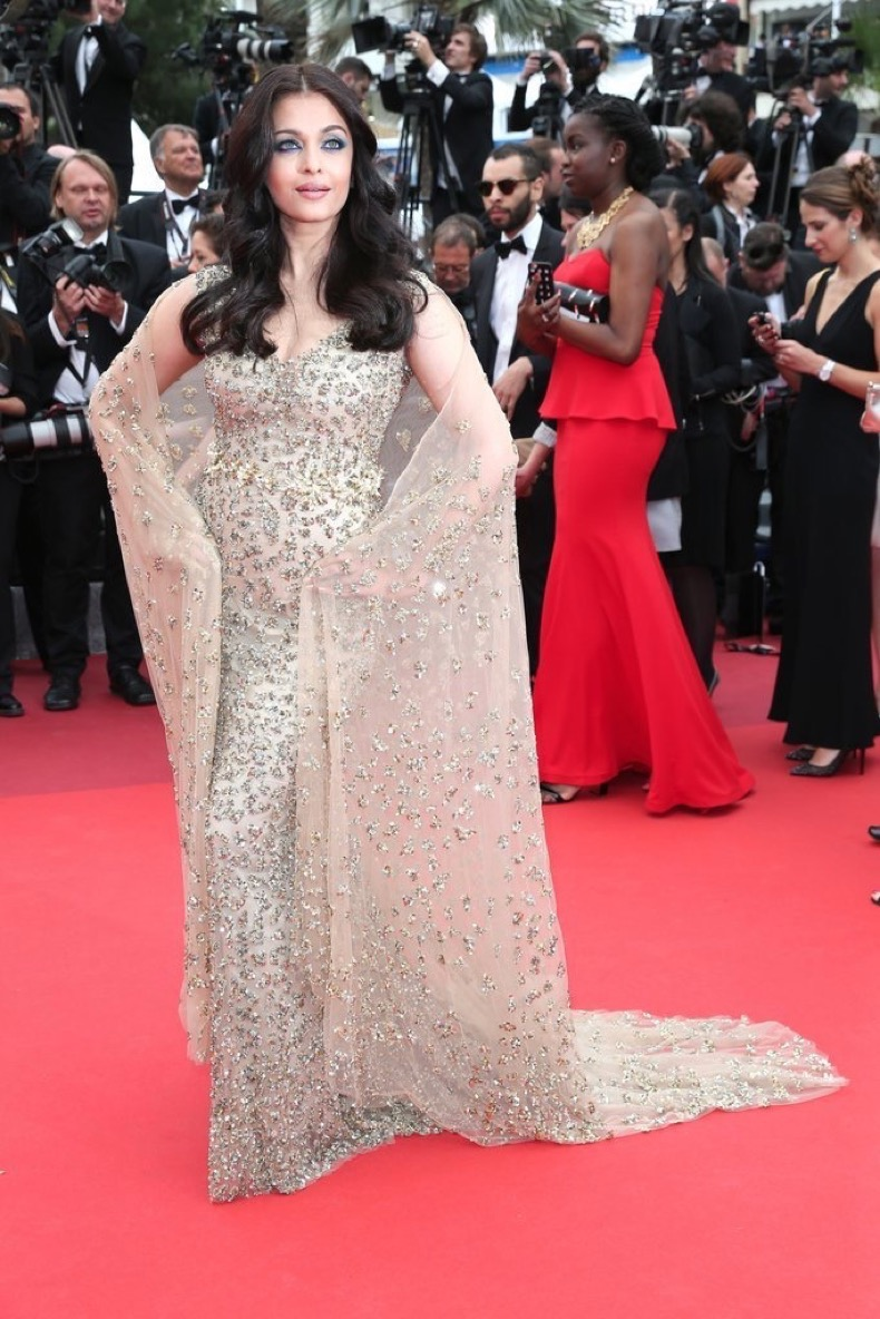 Aishwarya-Rai-posed-her-sheer-cape-premiere-Slack-Bay