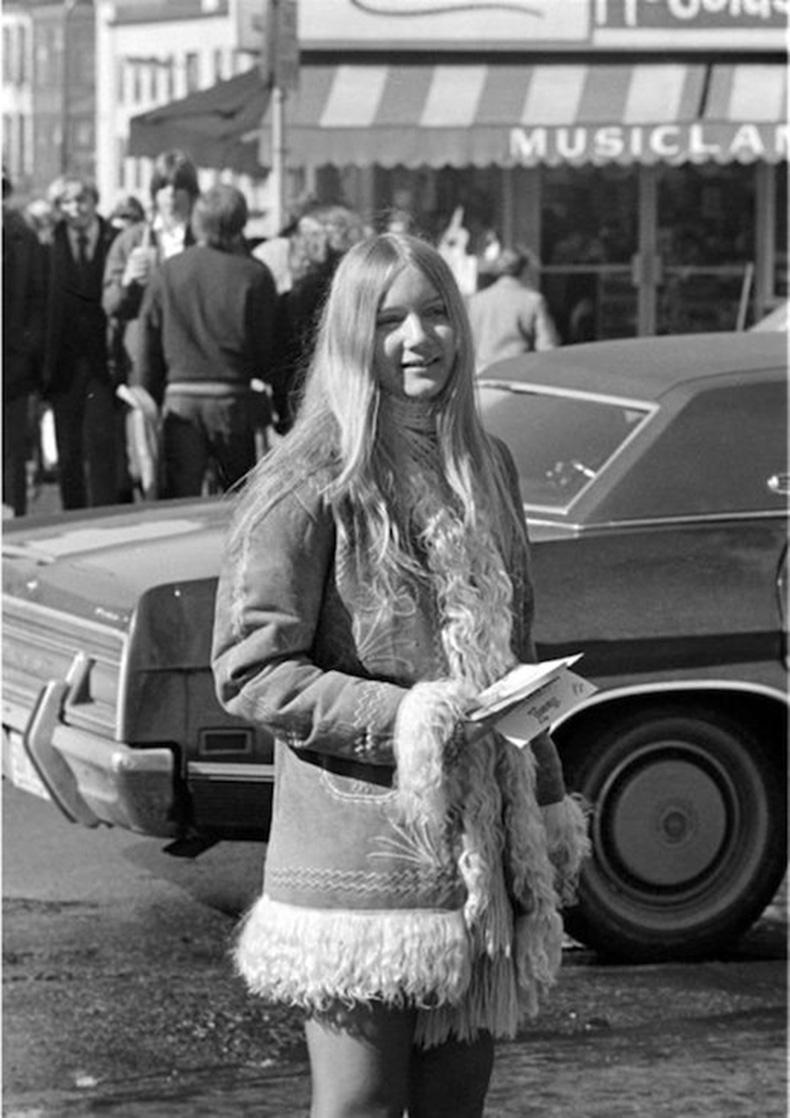 Le-Fashion-Blog-1970s-70s-Street-Style-Vintage-Photos-Fir-Lined-Suede-Coat-Via-Tres-Blase