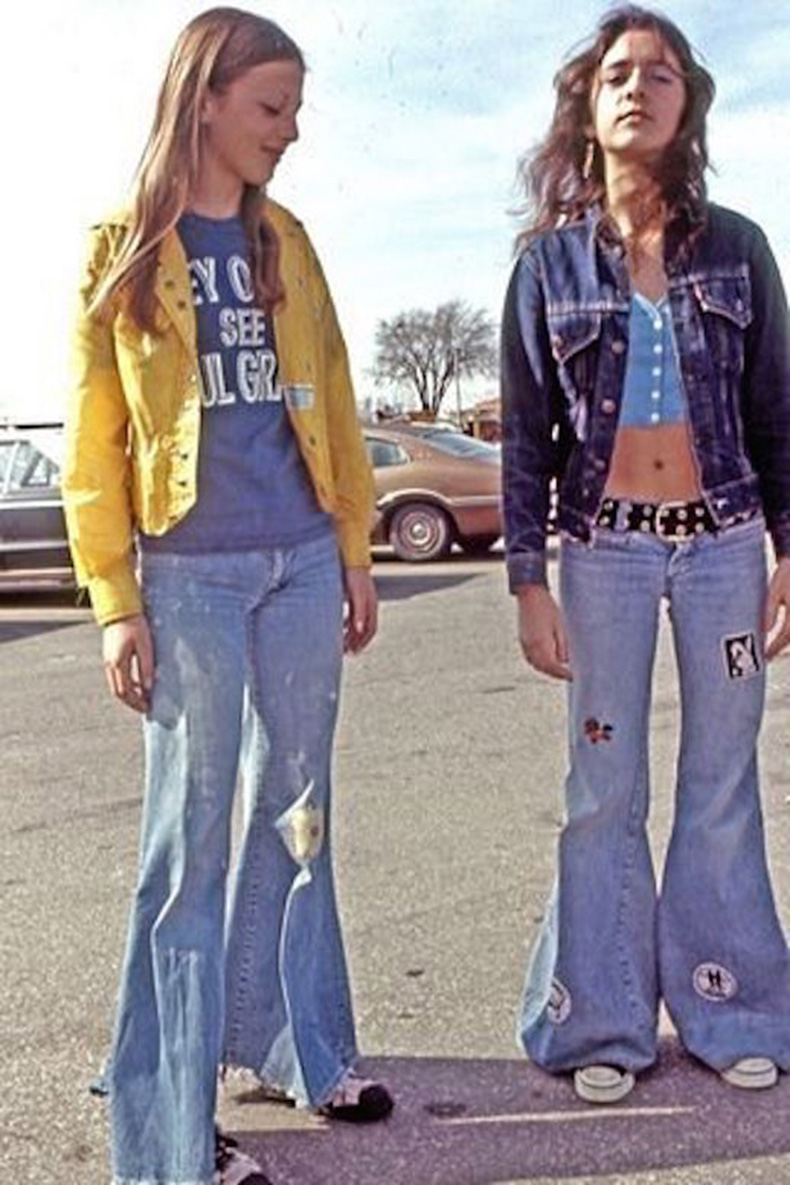 Le-Fashion-Blog-1970s-70s-Street-Style-Vintage-Photos-Flare-Jeans-Wide-Leg-Bell-Bottoms-Sneakers-Via-Tres-Blase