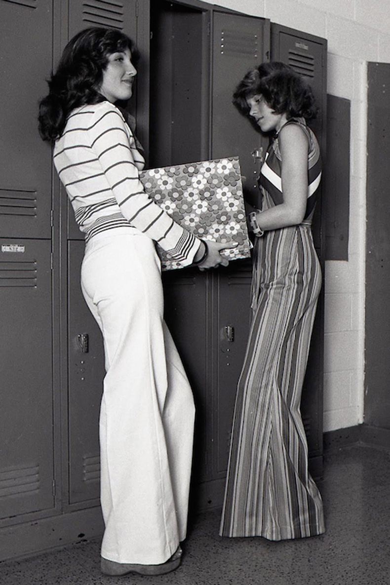 Le-Fashion-Blog-1970s-70s-Street-Style-Vintage-Photos-Flared-Pants-Wide-Leg-Bell-Bottoms-Stripes-Via-Tres-Blase