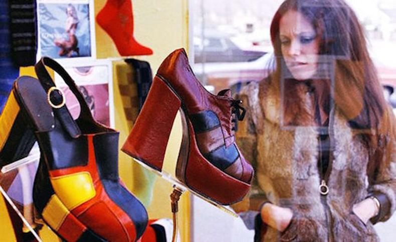 Le-Fashion-Blog-1970s-70s-Street-Style-Vintage-Photos-Fur-Jacket-Platform-Shoes-Via-Tres-Blase
