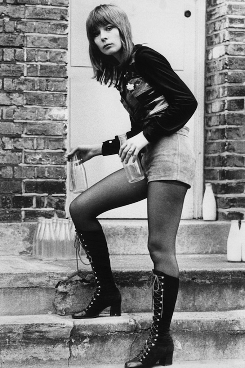 Le-Fashion-Blog-1970s-70s-Street-Style-Vintage-Photos-High-Waisted-Shorts-Tights-Lace-Up-Knee-High-Suede-Boots-Via-Tres-Blase