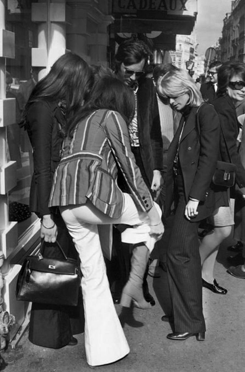 Le-Fashion-Blog-1970s-70s-Street-Style-Vintage-Photos-Pant-Suit-Stripes-Wide-Leg-Pants-Via-Tres-Blase