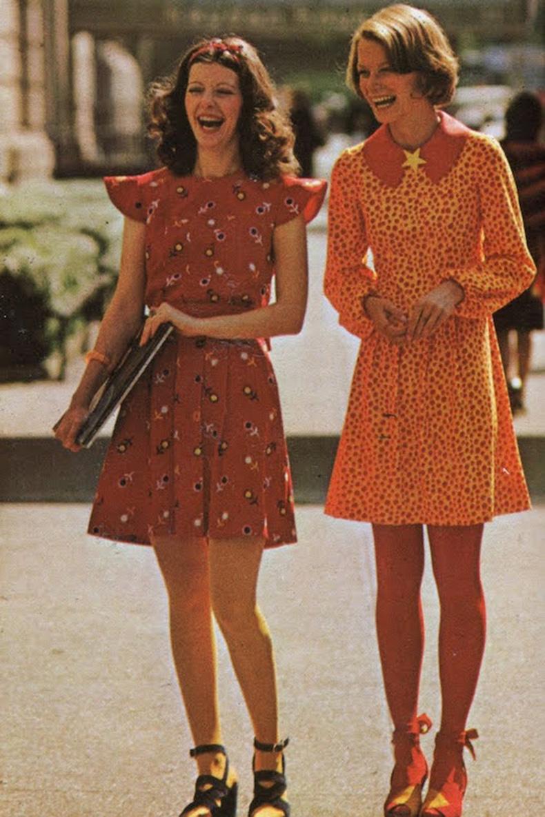 Le-Fashion-Blog-1970s-70s-Street-Style-Vintage-Photos-Print-Pleated-Dress-Lace-Up-Sandals-Via-Tres-Blase