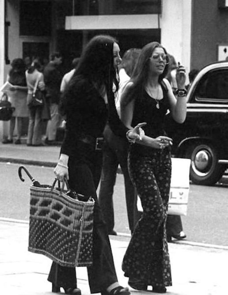 Le-Fashion-Blog-1970s-70s-Street-Style-Vintage-Photos-Print-Wide-Leg-Pants-Bell-Bottoms-Via-Tres-Blase