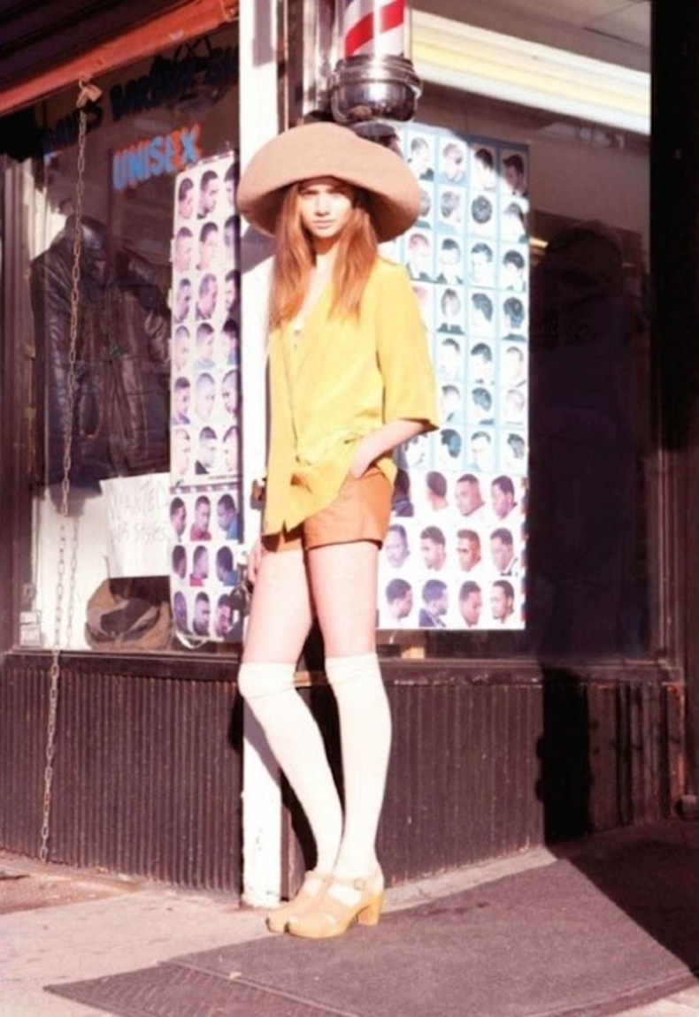 Le-Fashion-Blog-1970s-70s-Street-Style-Vintage-Photos-Wide-Brim-Hat-Leather-Shorts-Knee-High-Socks-Platform-Sandals-Via-Tres-Blase