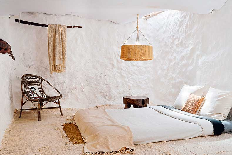 White-natural-textures-bedroom