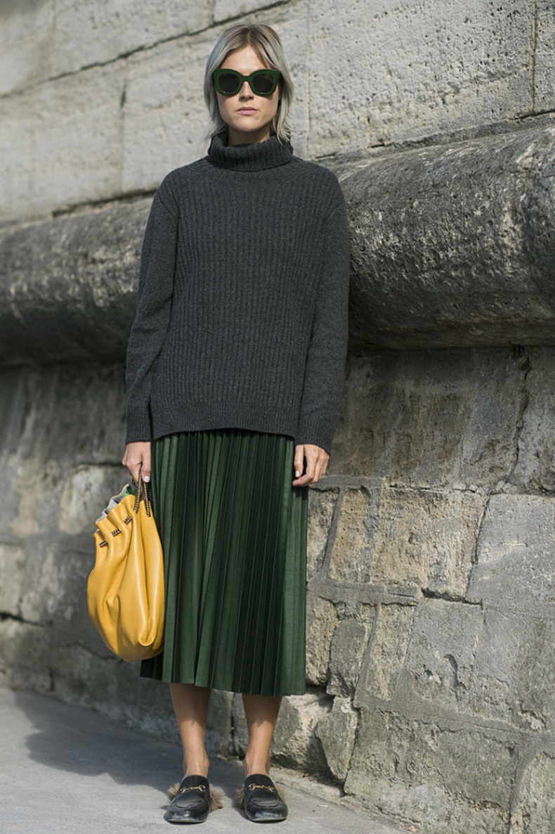 emerald-green-pleated-skirt-gucci-mulfes-slides-loafers-chunky-grey-sweater-turtleneck-yellow-bag-mustard-linda-tol-Paris-Fashion-Week-Day-4-640x961