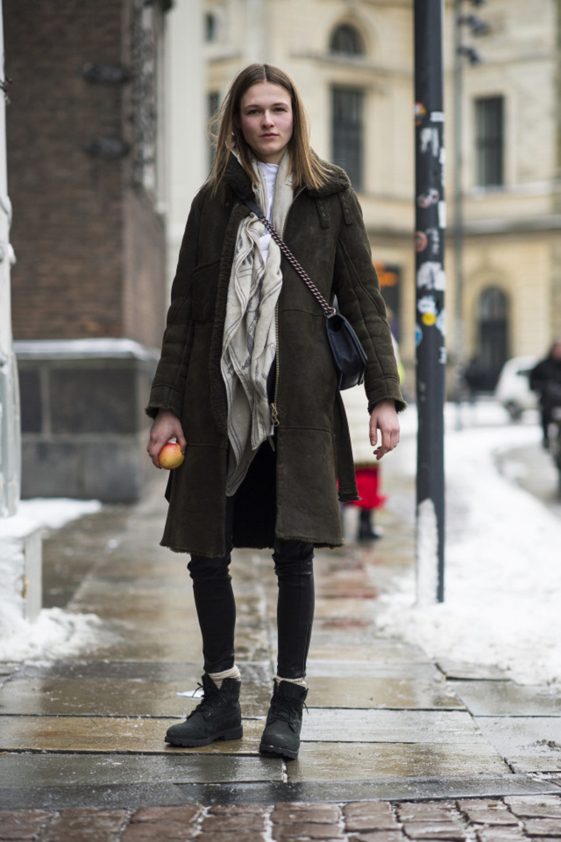 shearling-coat-scarf-lace-up-boots-crossbody-bag-black-skinnies-weekend-outfit-socks-winter-style-what-to-wear-when-its-freezing-outside-snow-outfit-le-21eme-640x960