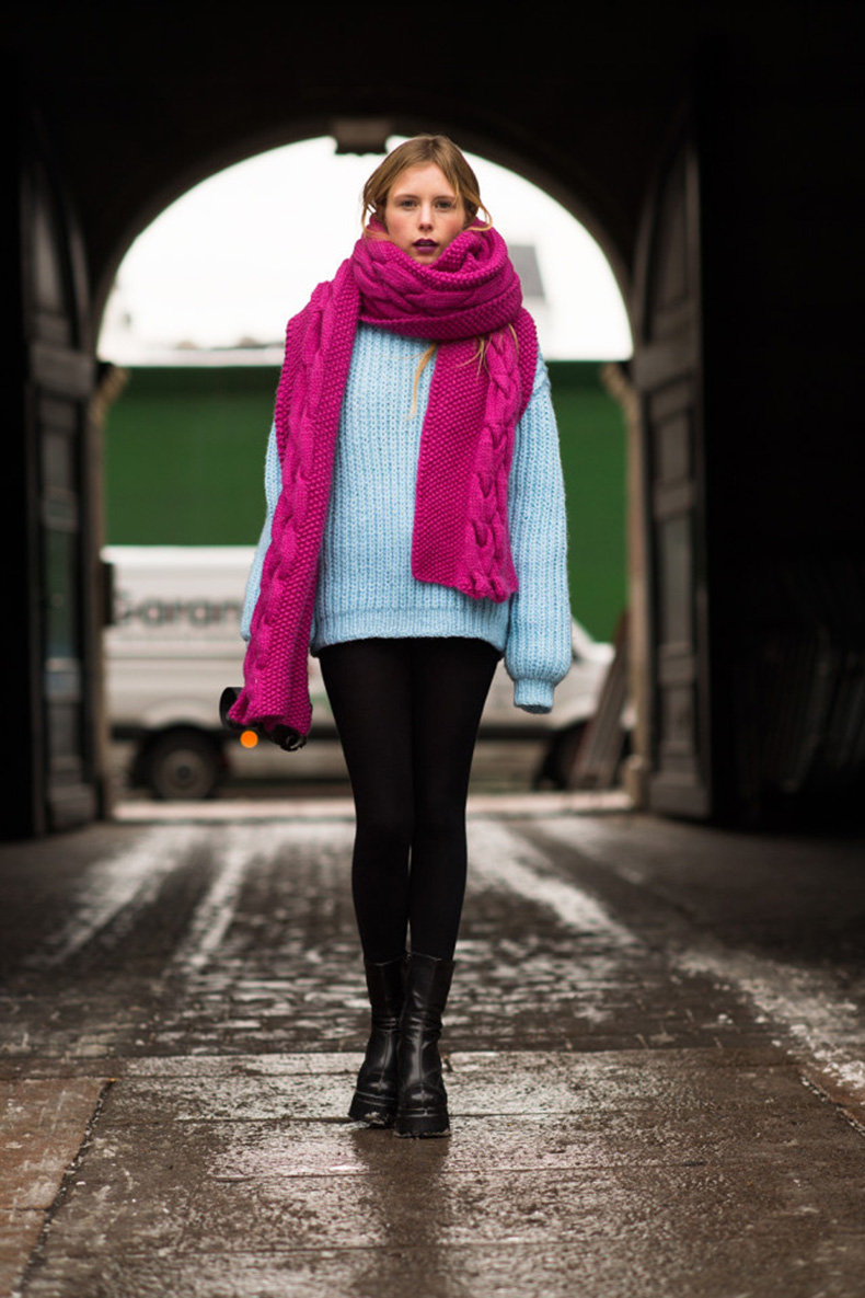 winter-outfit-what-to-wear-when-its-freezing-outside-oversized-sweater-pastel-blue-oversized-chunky-scarf-black-skinnies-winter-outfit-boots-via-le-21eme-640x960