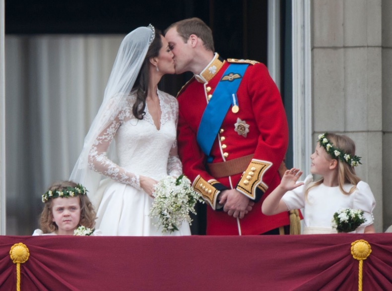 1452356537-1430325102-william-catherine-wedding-kiss