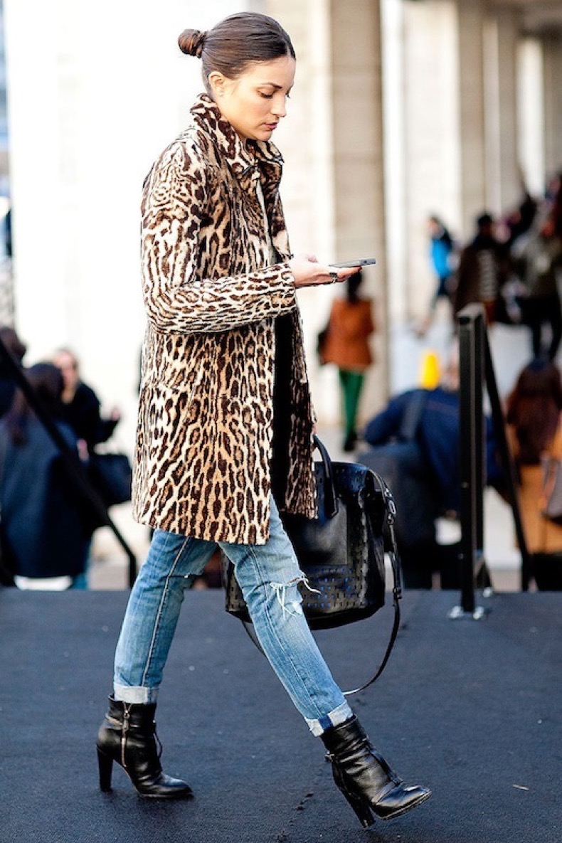 Le-Fashion-Blog-Maria-Duenas-Jacobs-Fall-Winter-Street-Style-Top-Knot-Leopard-Coat-Large-Mesh-Tote-Distressed-Light-Denim-Black-Ankle-Boots-Via-Vogue-Mexico