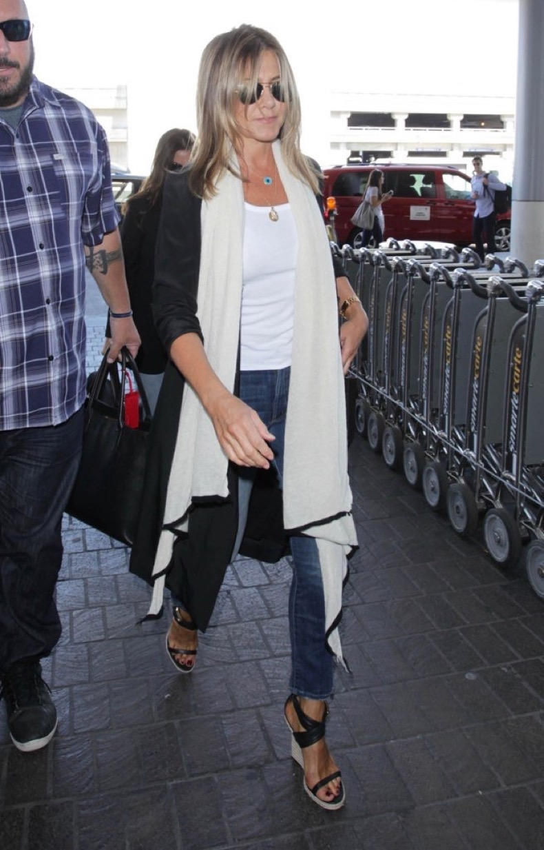 Jen-Walked-Through-LAX-Cozy-Travel-Look