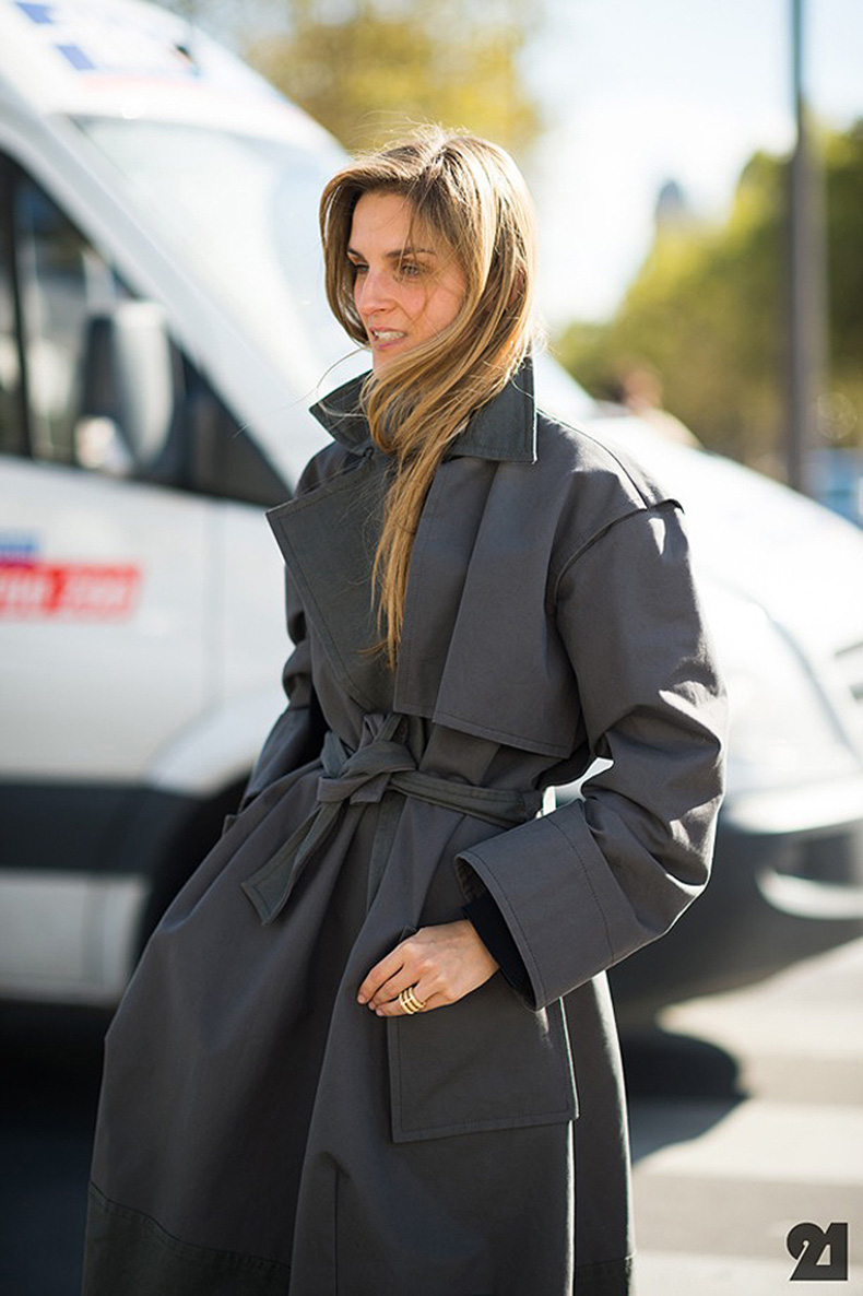 STREET-STYLE-BELTED-COATS-FASHION-WEEK-GAIA-REPOSSI-GREY-GRAY-BELTED-TRENCH-COAT-REPOSSI-RINGS-MINIMAL-CHIC-VIA-LE21EME-ADAM-KANTZ