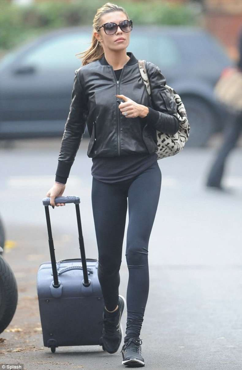 abbey-clancy-street-style-in-tight-navy-blue-leggings-leaving-strictly-come-dancing-judges-december-2013_2