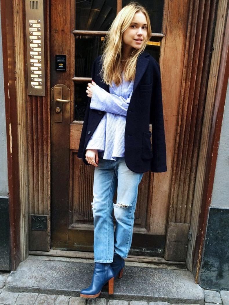 cropped-mom-jeans-blue-stack-heel-booties-bell-sleeves-peplum-top-blazer-jacket-on-shoulders-look-de-pernille