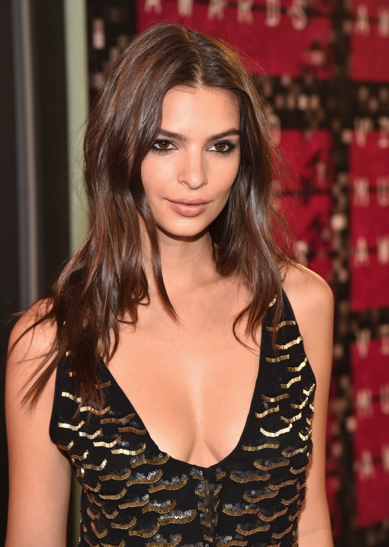 mtv-vma-red-carpet-straight-versus-wavy-hair-8-emily-ratajkowski