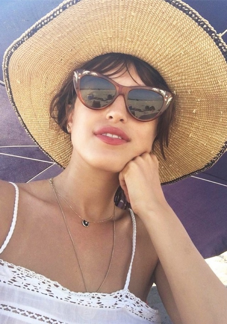 prediction-every-fashion-girl-will-take-a-selfie-in-these-sunglasses-1882003-1472151845.640x0c