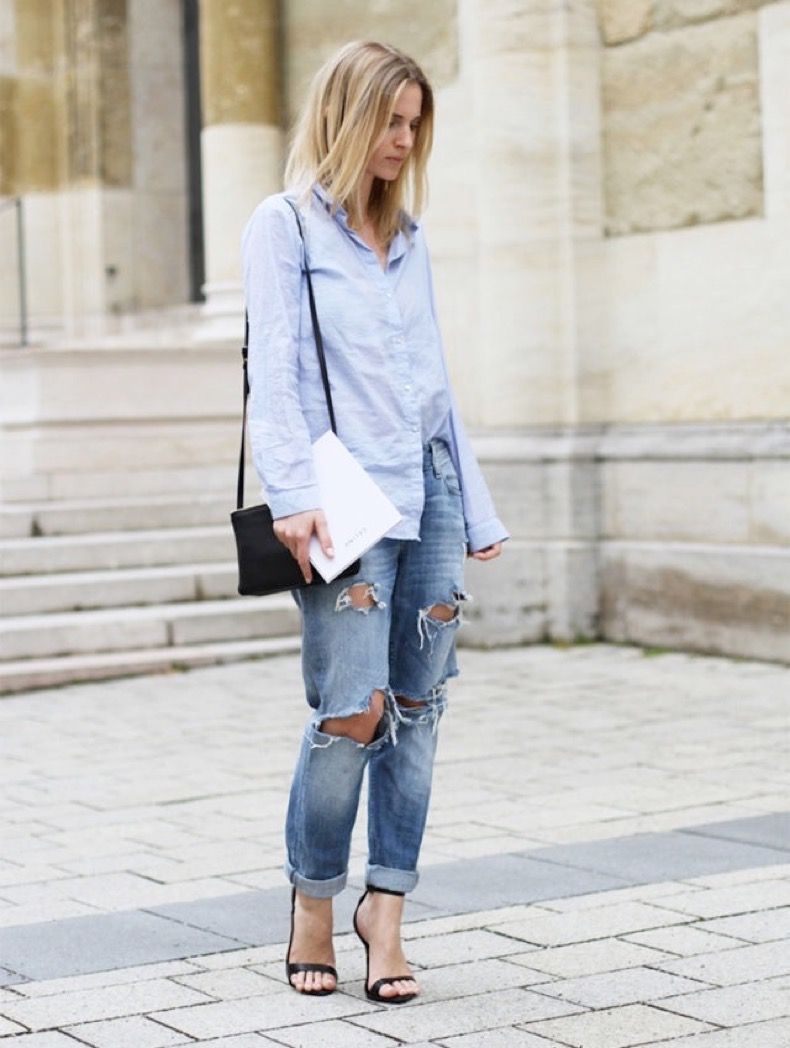 ripped-jeans-boyfriend-jeans-rolled-jeans-mens-oxford-shirt-front-tuck-weekend-simple-sandals-mija-flatau-640x849