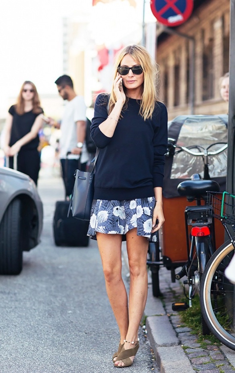 summer-to-fall-printed-skirt-navy-oversized-sweater-sandals-spring-fall-via-stockholdm-street-style