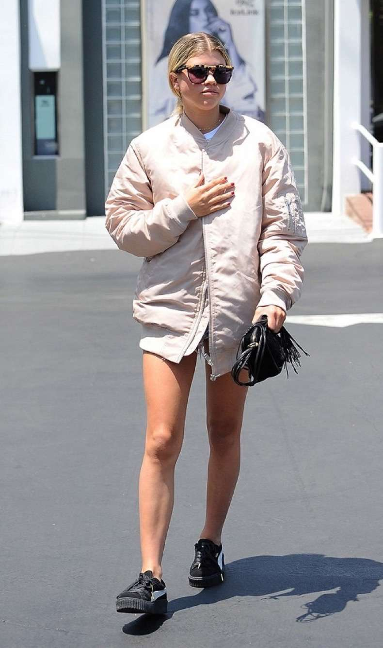 8-celebrity-outfits-that-prove-bombers-are-here-to-stay-1908526-1474316428-600x0c