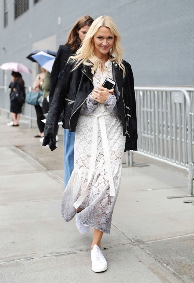 maxi_dress_and_sneakers_street_style_fashion_trends_moda_tendencias_front_row_blog_8