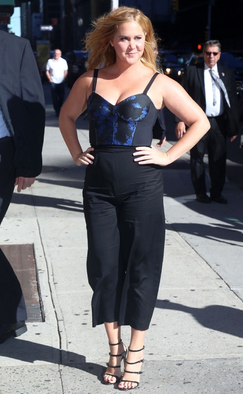rs_634x1024-160822160834-634.Amy-Schumer-Stephen-Colbert-NYC.ms.082216