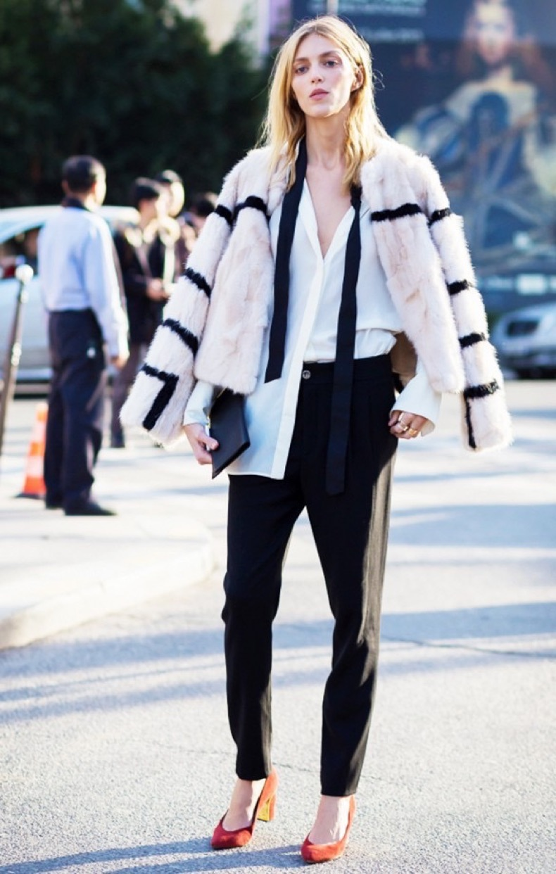 skinny-scarf-black-trousers-black-and-white-white-oxford-shirt-orange-heels-colored-striped-fur-style-du-monde