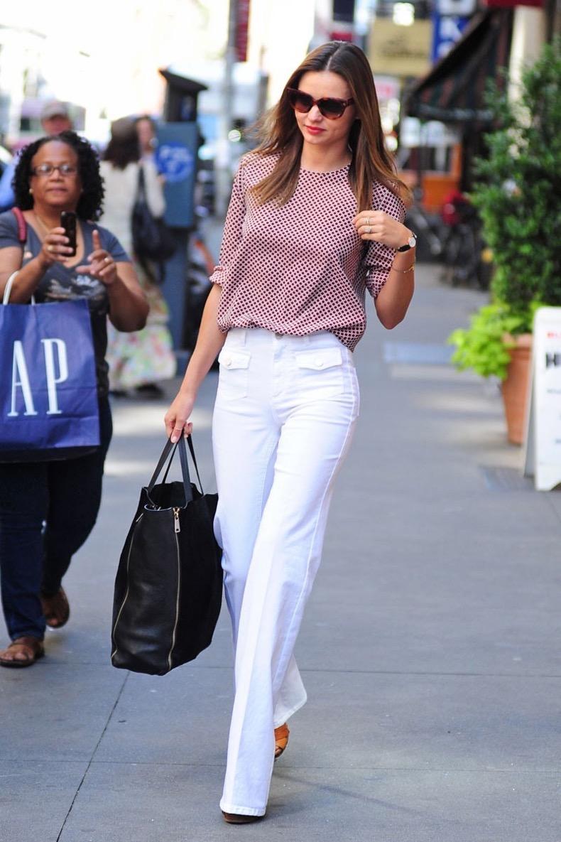 54a92e6e3a4ec_-_elle-miranda-kerr-street-style-white-jeans-black-bag