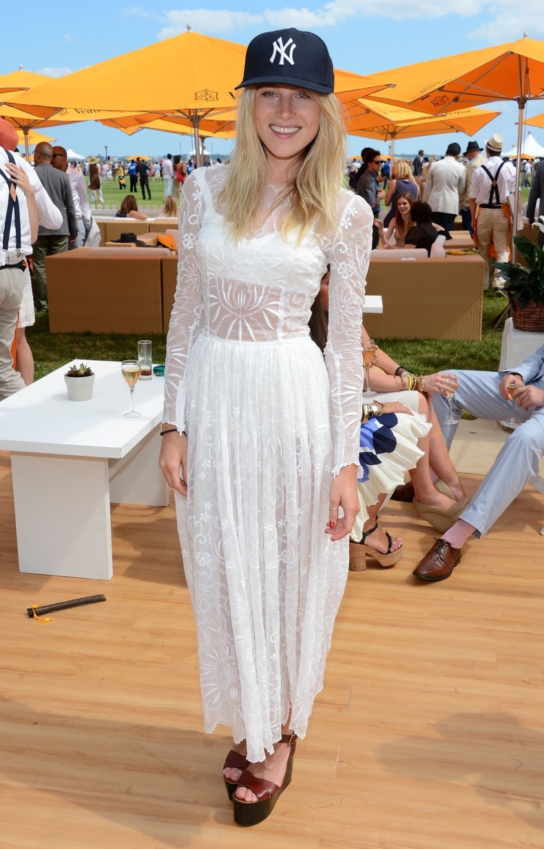dree-hemingway-snapped-vip-marquee-during-fifth-annual