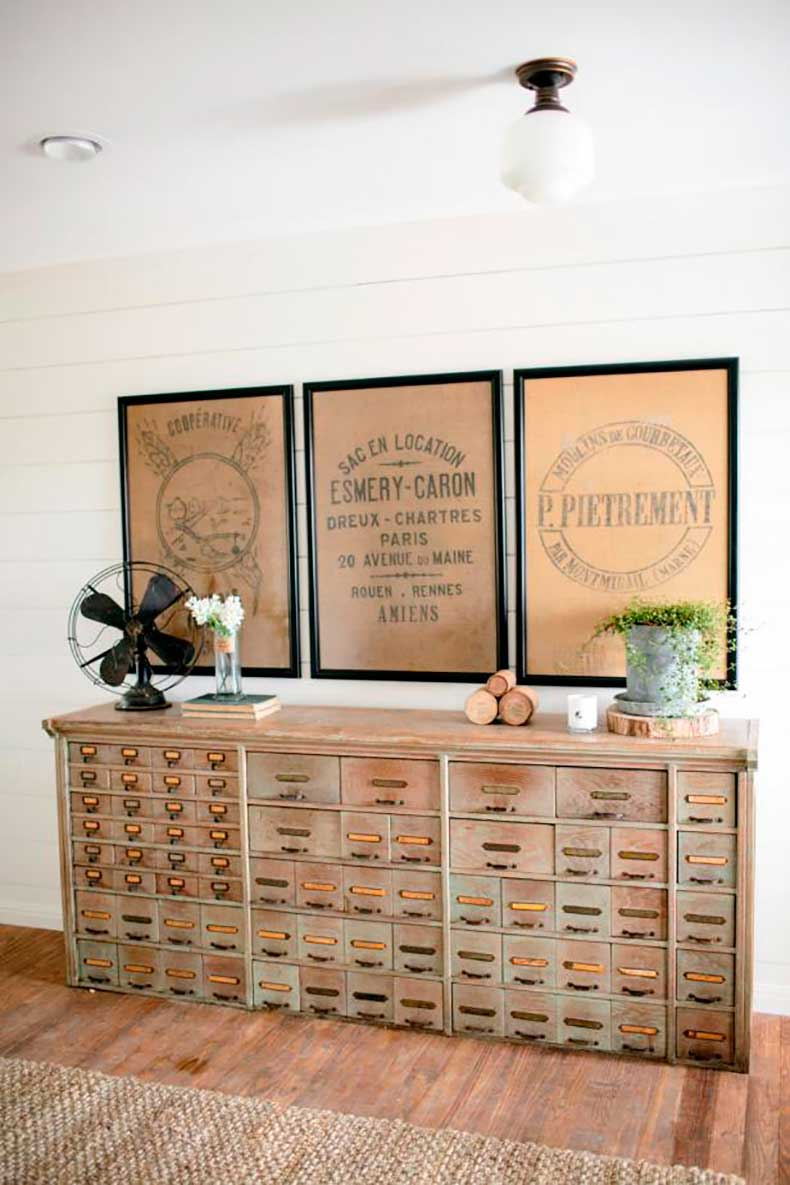 bp_hfxup210h_king_foyer_detail_antique-dresser-console_169628_541184-1097267-jpg-rend-hgtvcom-616-924