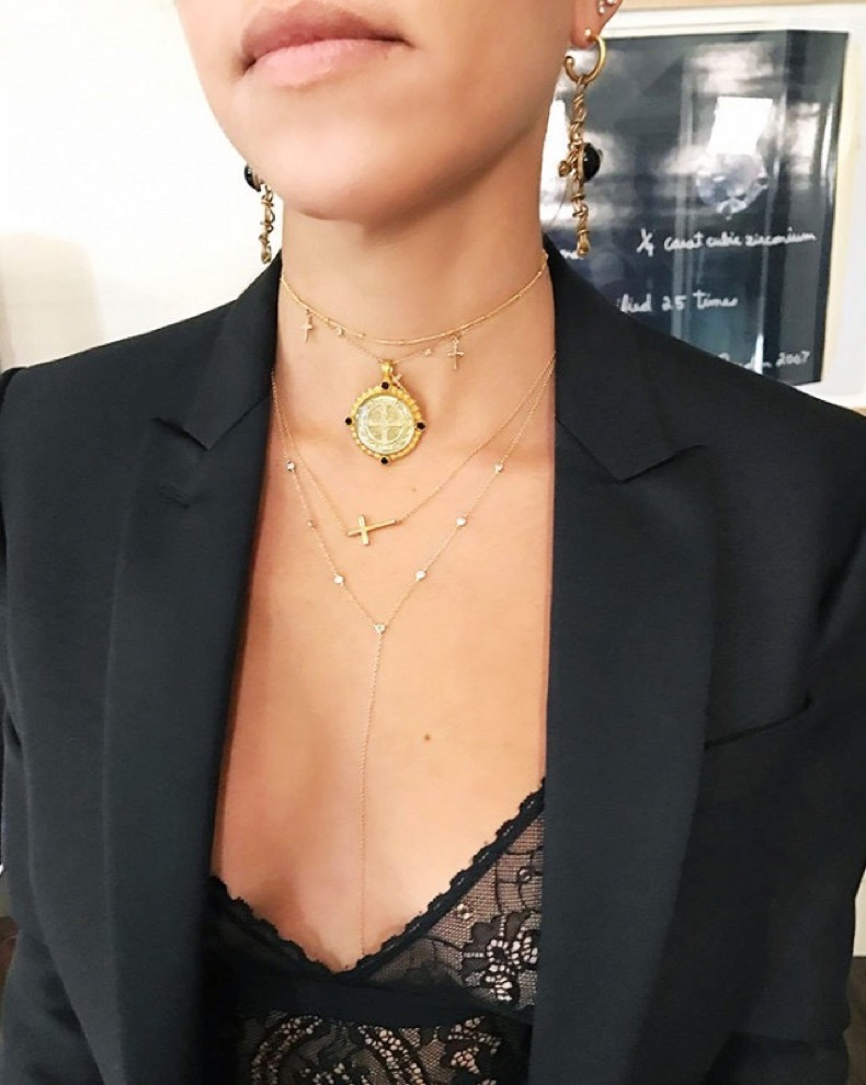 this-specific-type-of-choker-is-blowing-up-in-the-fashion-world-1957012-1477684343-640x0c