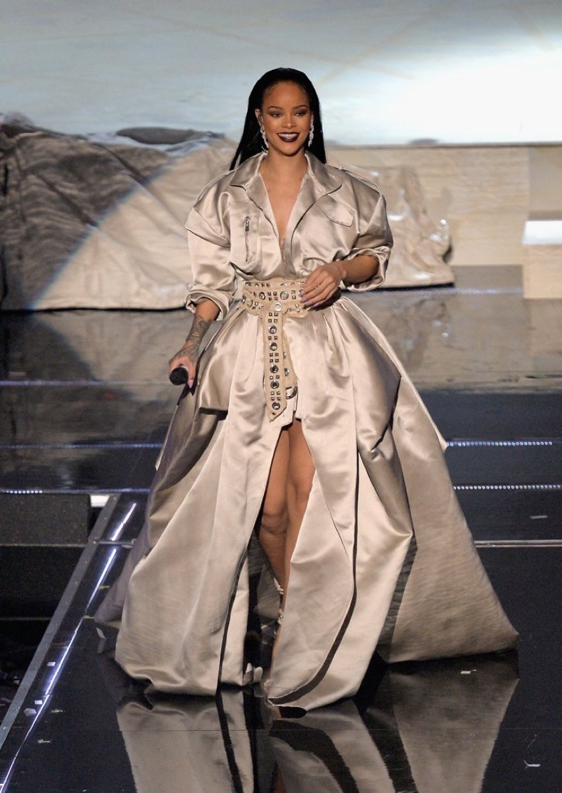 rihanna-closed-2016-vmas-silver-belted-gown